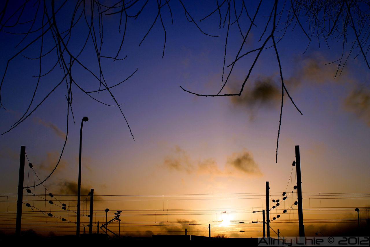 Aiimy Lhie Coucher de soleil sur la gare