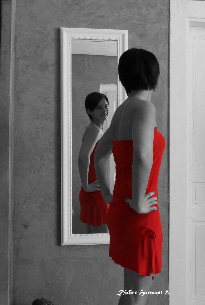 Didier Harmant Jeune femme en rouge et psyché