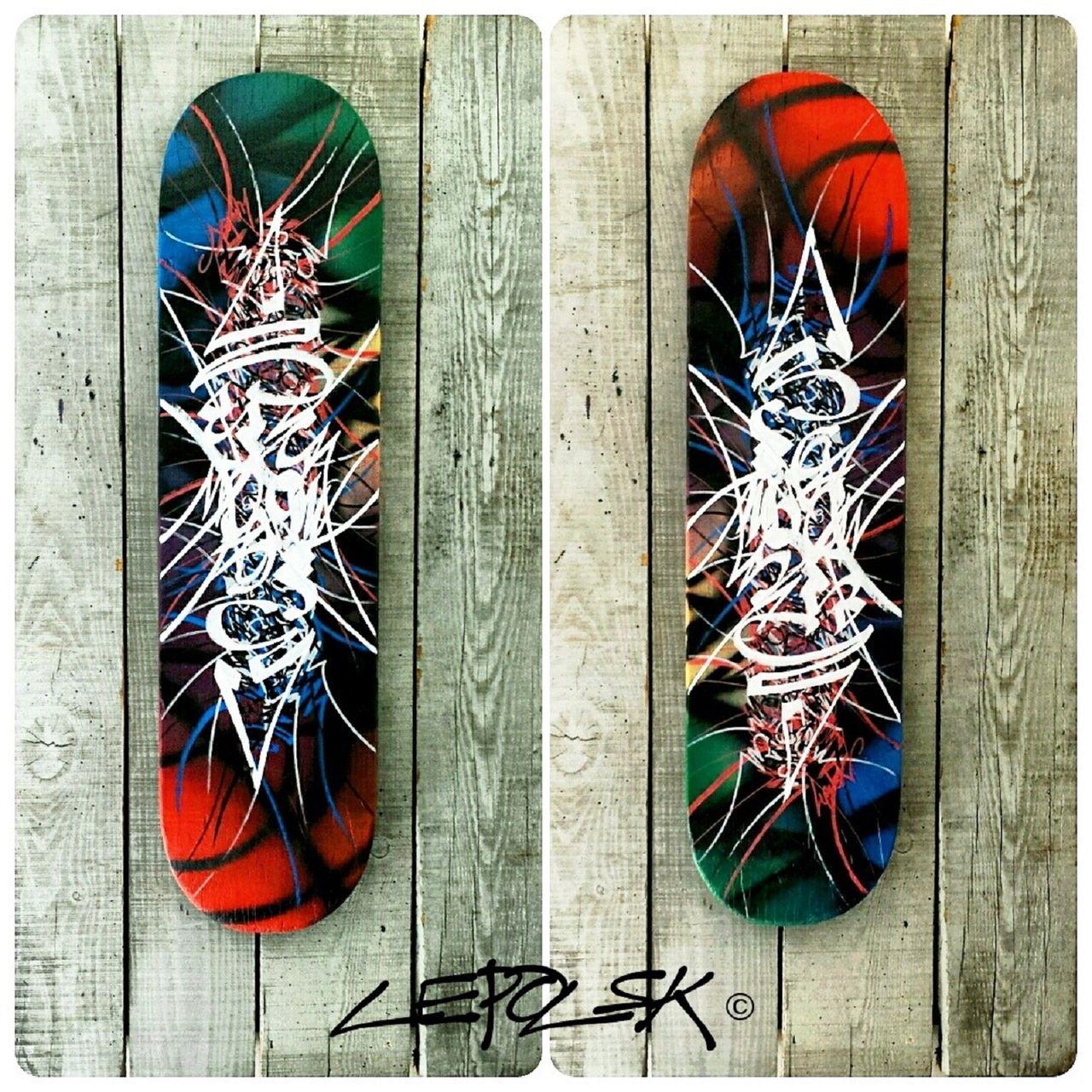 MK  Lepolsk Matuszewski Peinture Street Art ( Calligraffiti abstraite ) graffiti sur planche de skateboard recyclée.